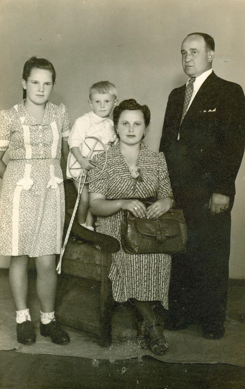 Anna i Stanisław Kowinowie z dziećmi Aliną i Andrzejem, lata 40.