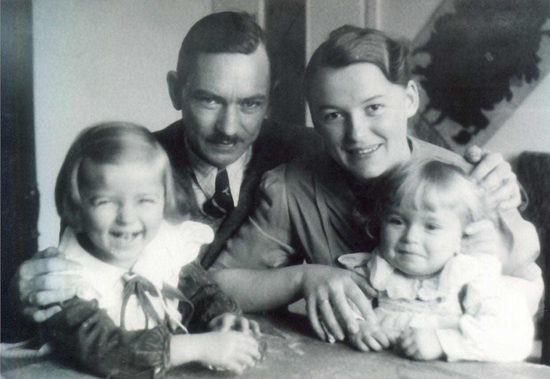 Eugeniusz i Maria Wilczyńscy z córkami Haliną i Krystyną