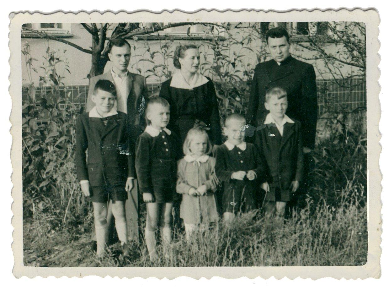 Jan i Cecylia Kaczmarkowie z dziećmi (od lewej Jerzy, Jan, Barbara, Stanisław, Alojzy) i ks. Adamem Sudołem